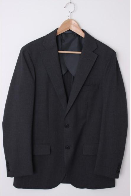 ジャケットは秋らしいカラーで大人の余裕をアピール